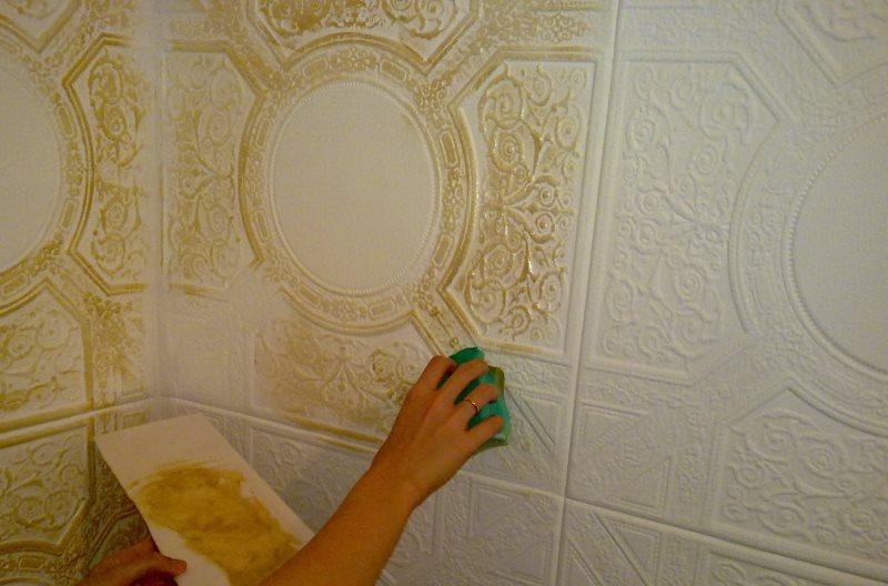 Декорирование потолочных панелей золотистой краской