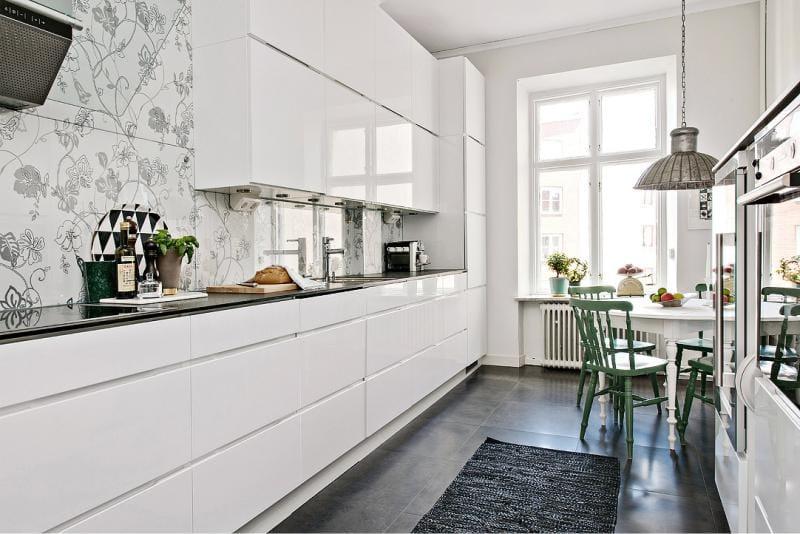 Белая кухня с двухрядной планировкой