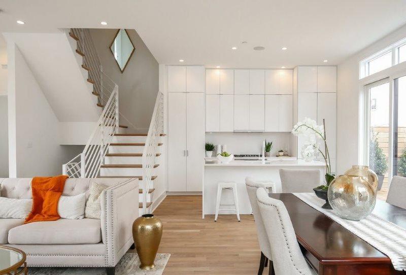 Кухня-гостиная с лестницей на второй этаж частного дома