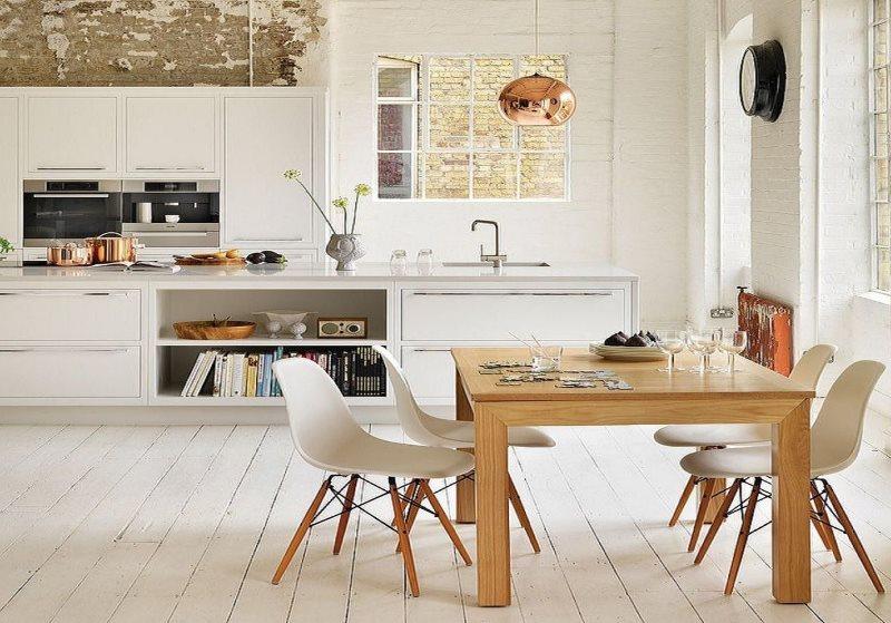 Деревянный столик на дачной кухне
