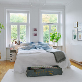 белая спальня с кроватью у окна