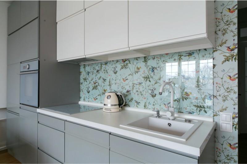 белый керамический смеситель на кухню