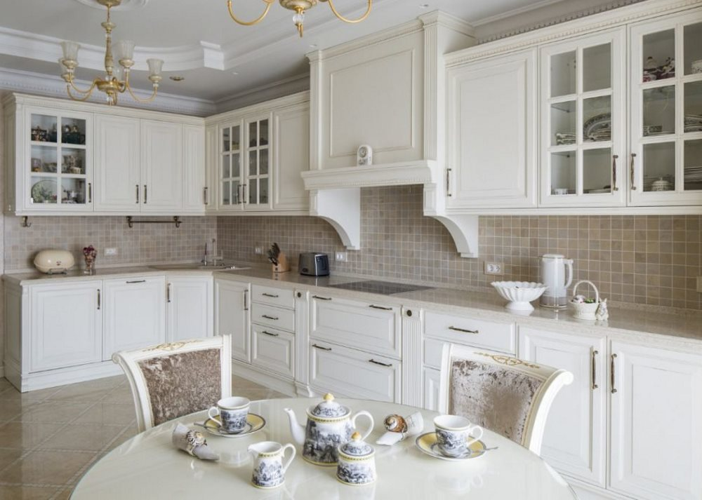 Светлый гарнитур в классической кухне