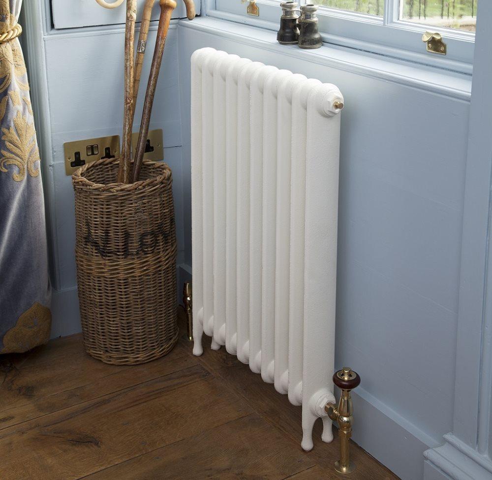 Белый алюминиевый радиатор в ванной комнате