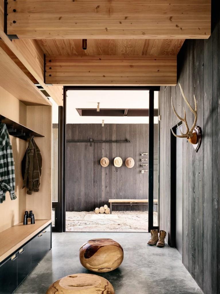 Деревянная отделка прихожей с бетонным полом
