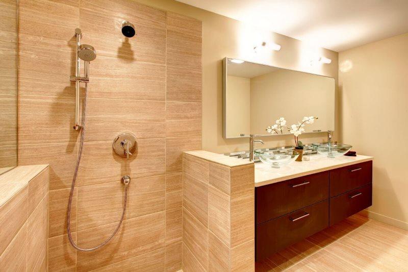 Душ в ванной с бежевыми стенами