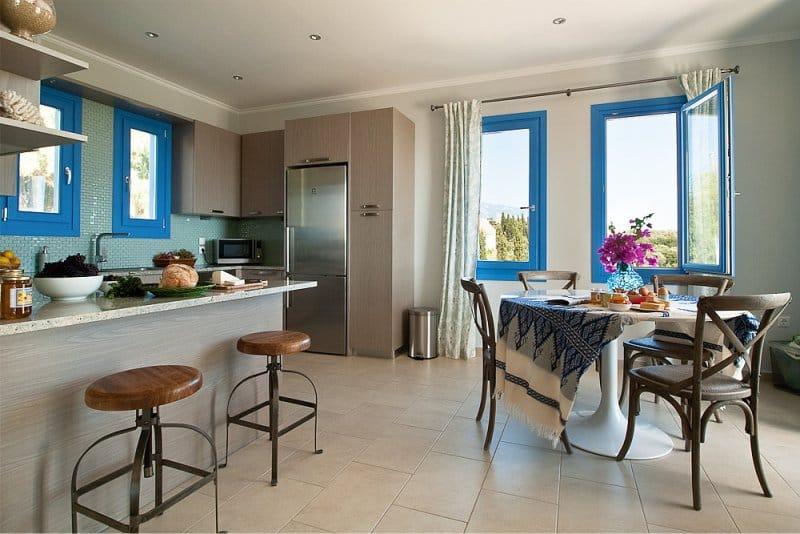 кухня в средиземноморском стиле с синими акцентами
