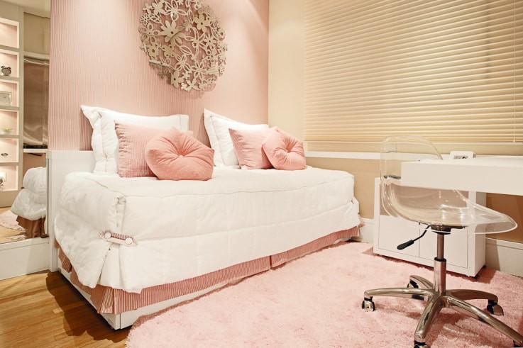 Розовые подушки на белой кровати