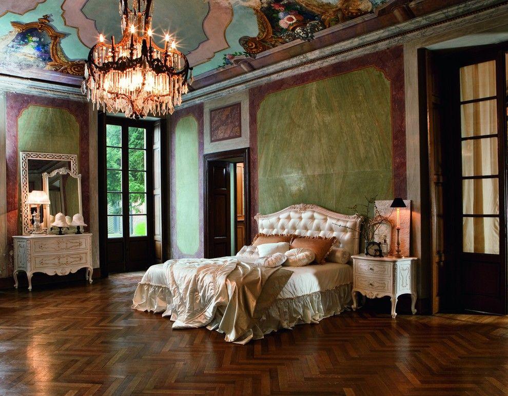 Дорогая кровать в просторной спальня в стиле барокко