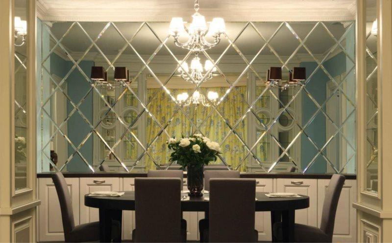 Зеркальная плитка в обеденной зоне кухни