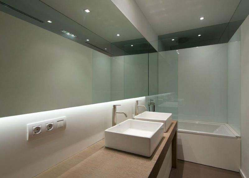Интерьер современной ванной с зеркалом
