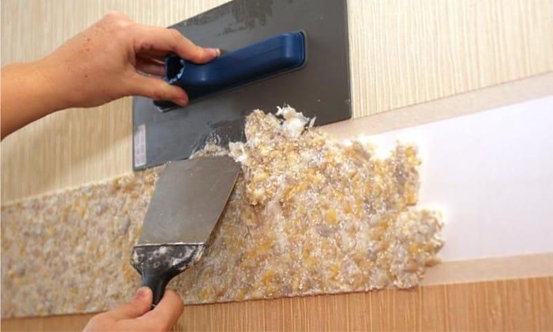 Нанесение жидких обоев при создании бордюра на стене