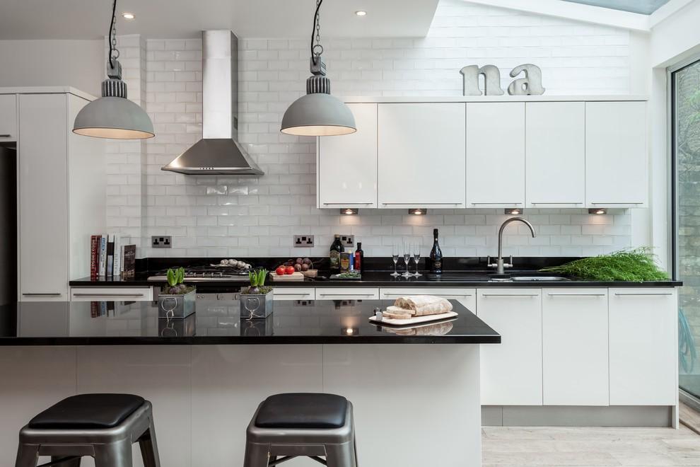 Черные столешницы на белых тумбах кухонной мебели