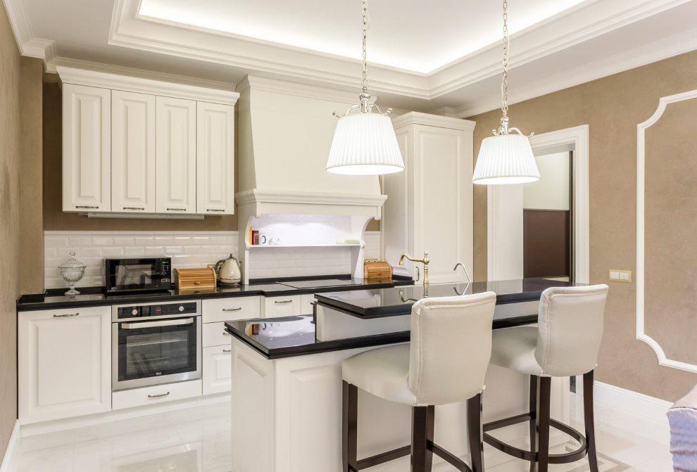 Интерьер классической кухни в черном и белом цветах