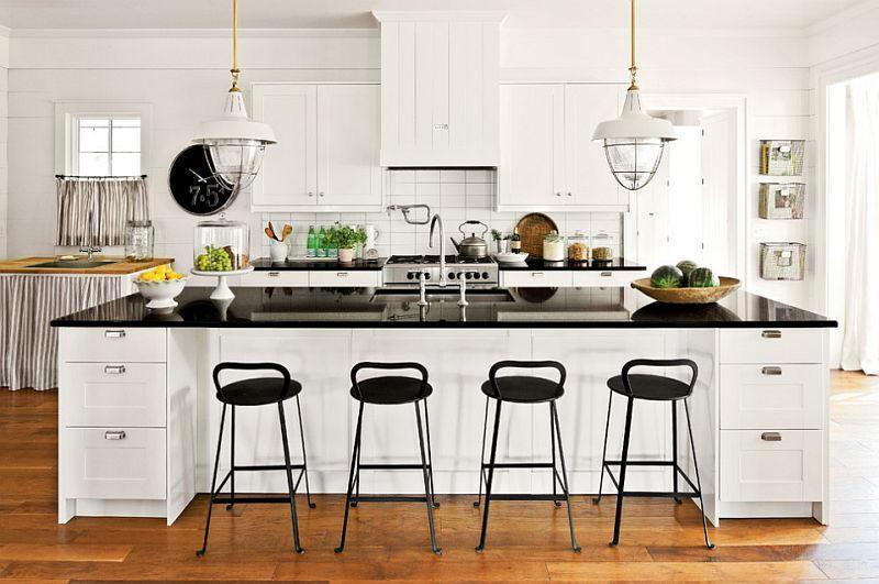 Белая мебель на деревянном полу кухни