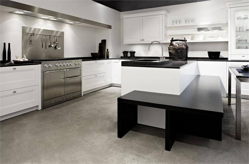Просторная кухня в стиле модерн с черно-белой мебелью