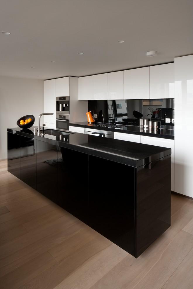 Кухонный остров черного цвета с мойкой