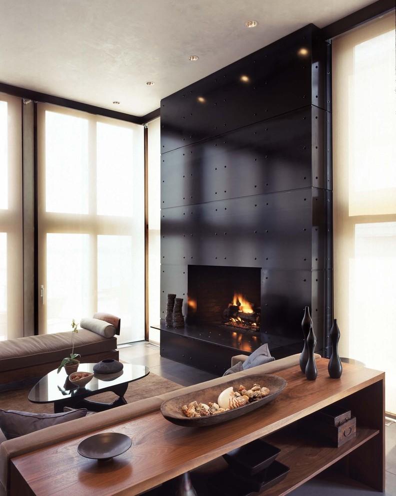 Черный камин в гостиной с большими окнами