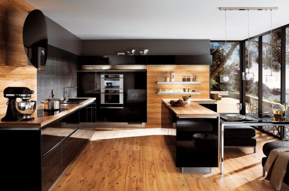 Ламинат в интерьере кухни с панорамным окном