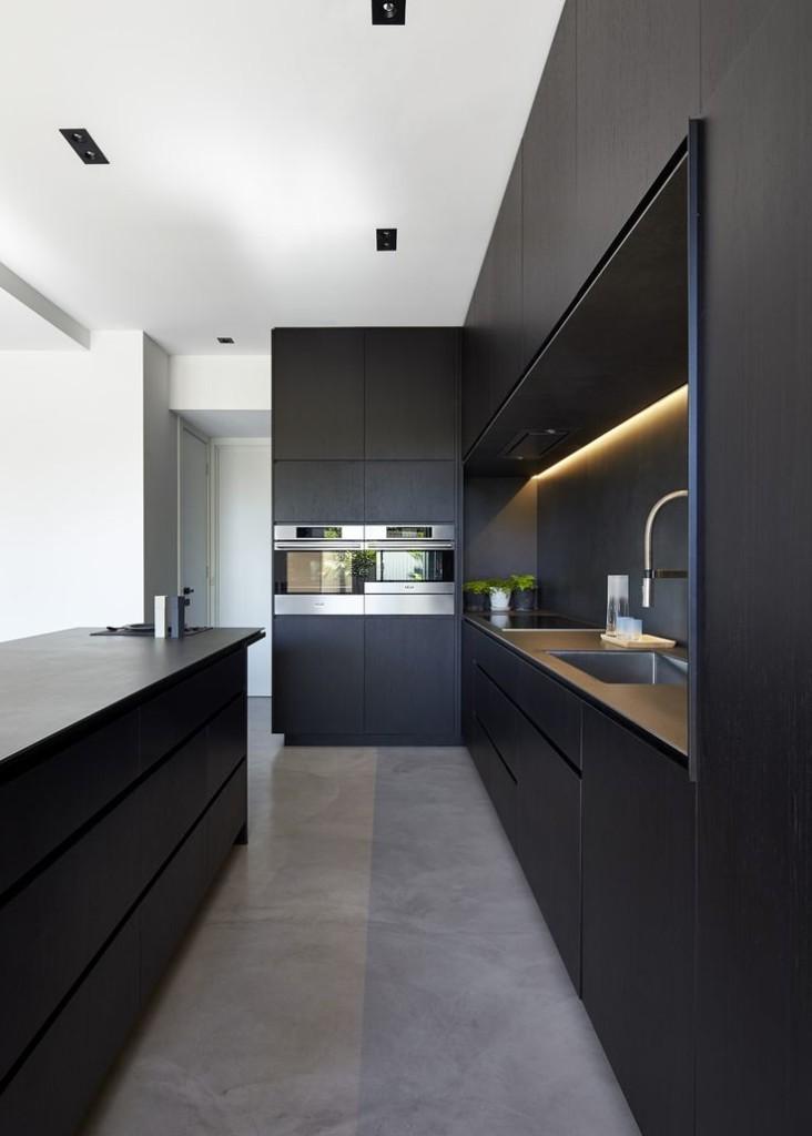 Стильный гарнитур с черными фасадами