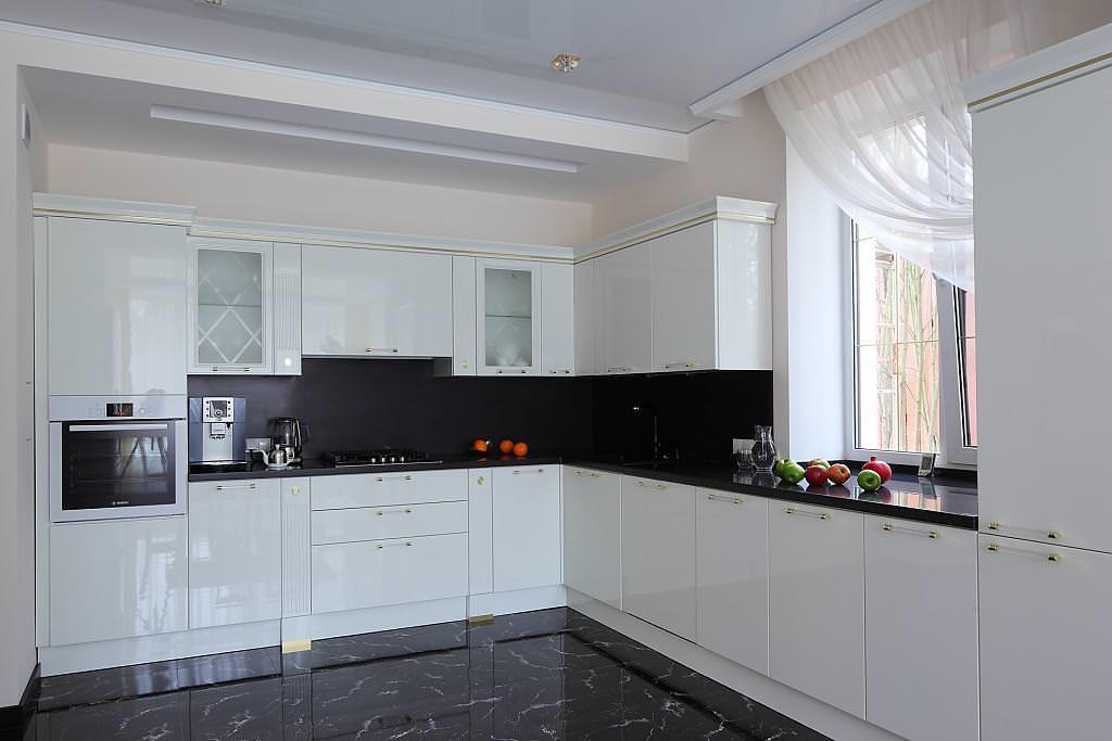 Белая занавеска на окне кухни с черным полом