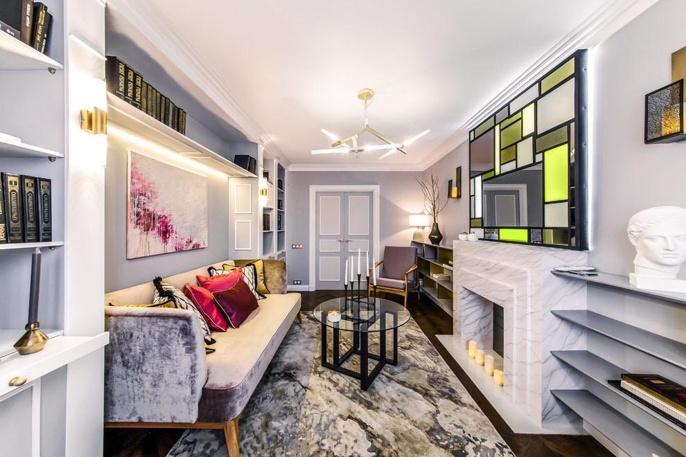Цветное панно над камином в гостиной