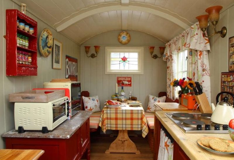 Декор небольшой кухни дачного домика