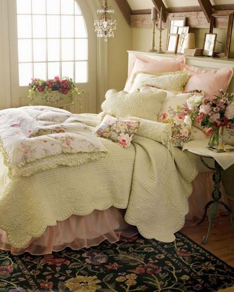 Множество подушек на кровати девушки в спальне кантри