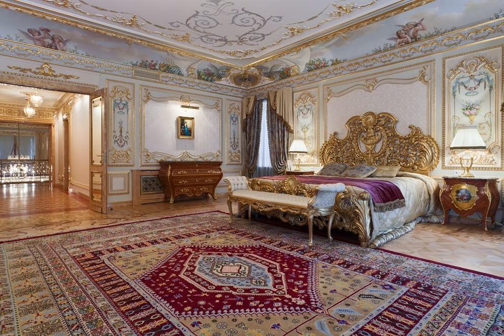 Позолоченная лепнина на потолке большой спальни