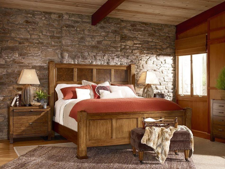 Облицовка камнем стены спальни в стиле кантри