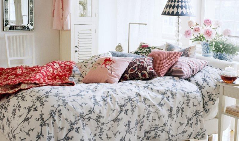 Декоративные подушки на кровати в деревенской спальне