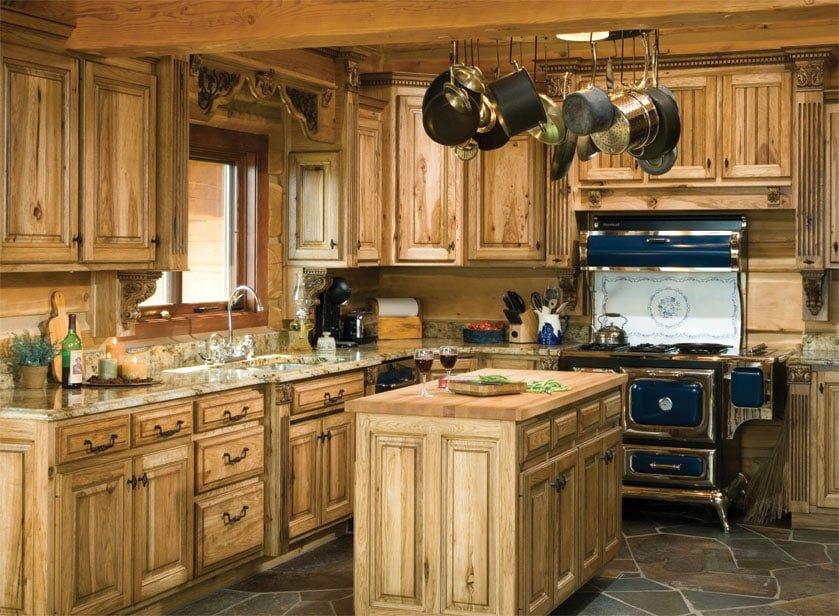Преобладание дерева в кухне деревенского стиля