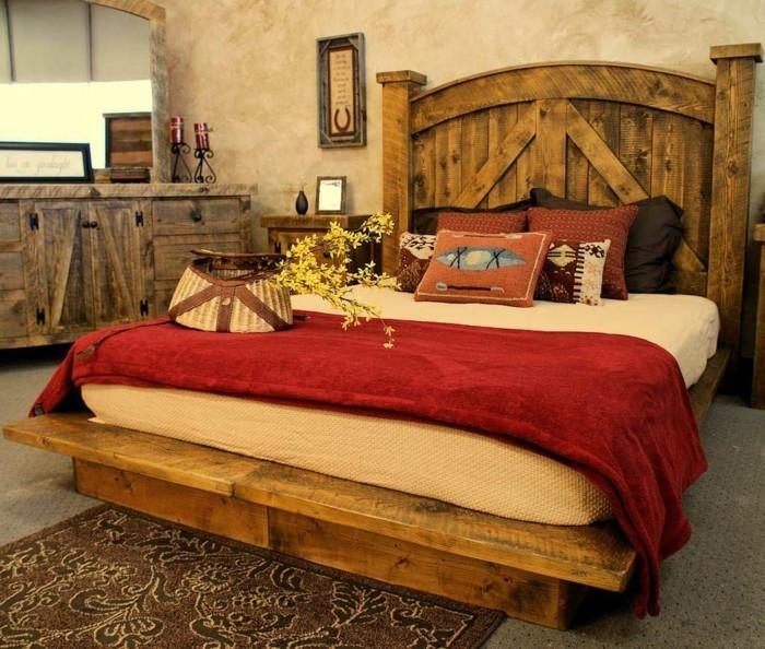 Деревянная лакированная кровать в деревенской спальне