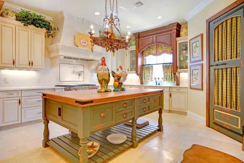 Кухонный остров из дерева в стиле прованса