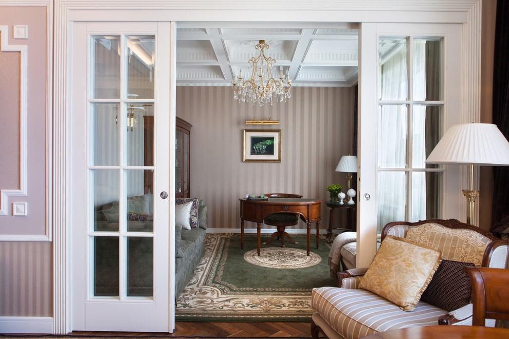 Раздвижные двери в гостиной классического стиля