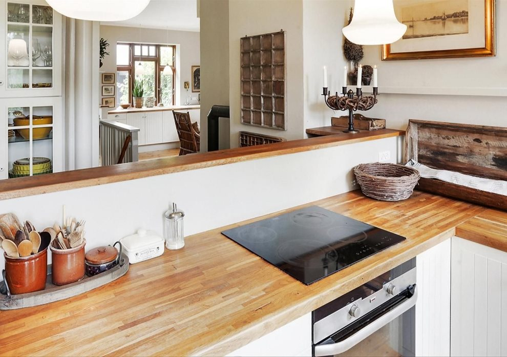 Деревянная поверхность столешницы кухонного гарнитура