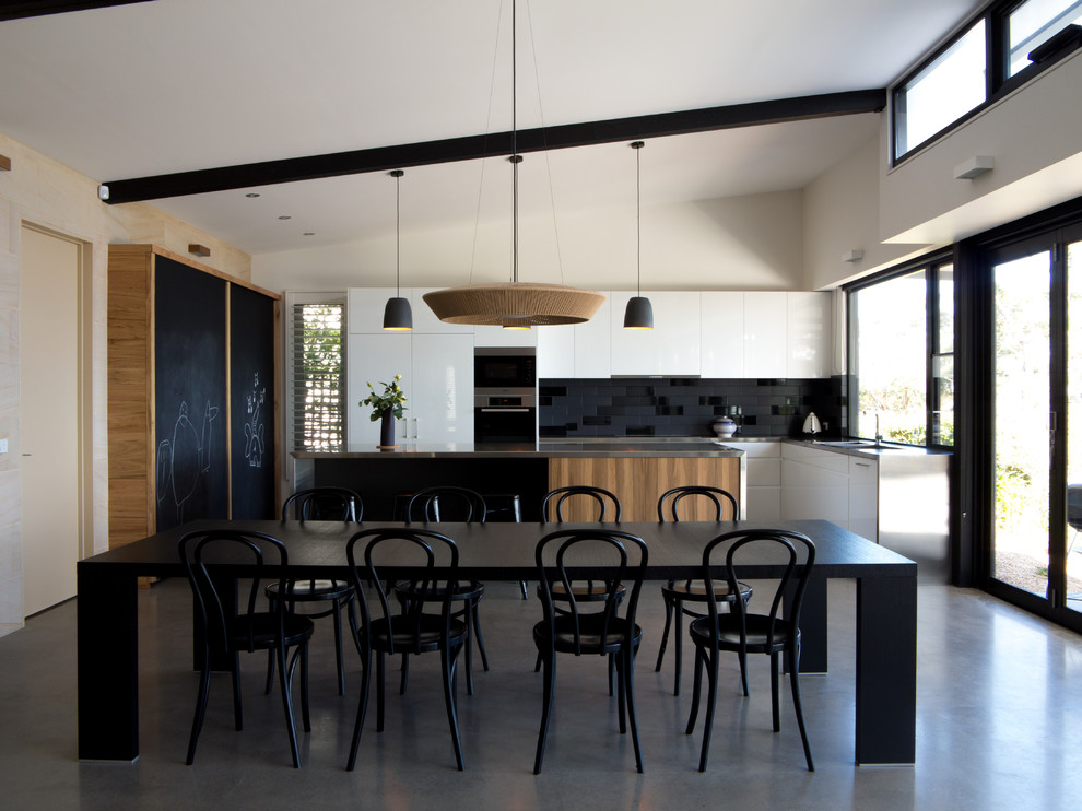 Черно-белая кухня с небольшими деревянными акцентами