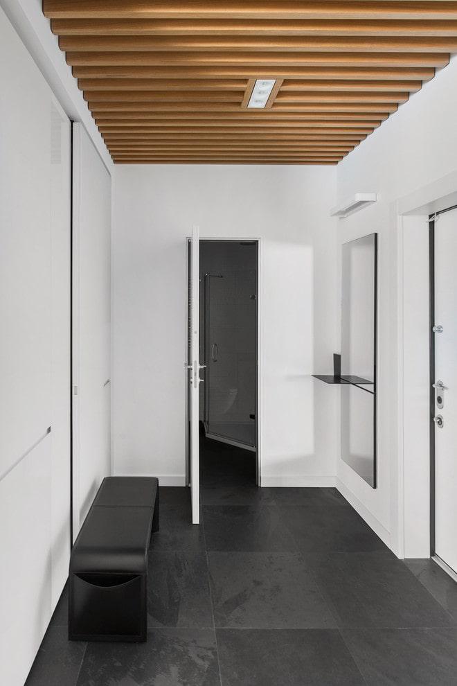 Деревянный потолок узкого коридора