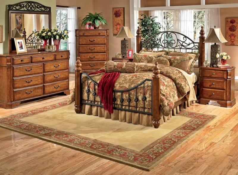 Ковер на деревянном полу спальной комнаты
