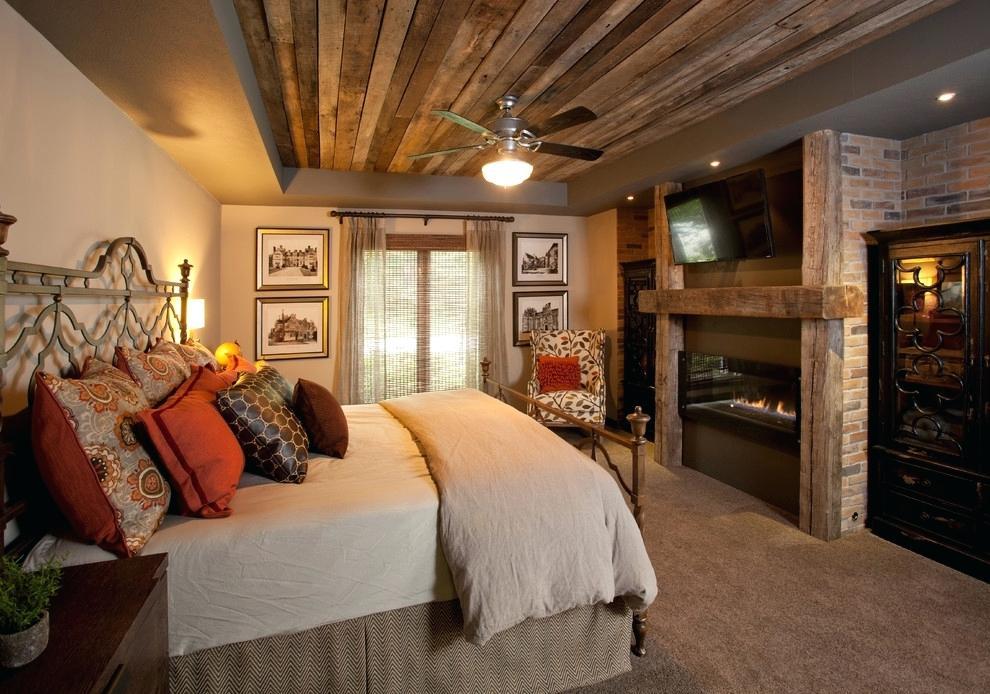 Облицовка потолка спальни сосновыми досками