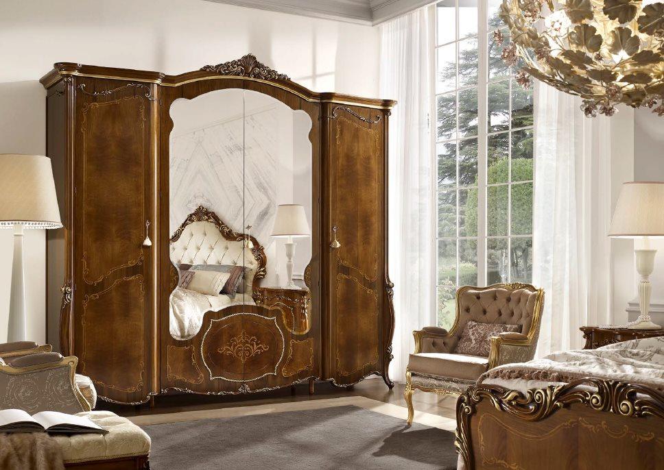 Деревянный шкаф с зеркальными дверцами