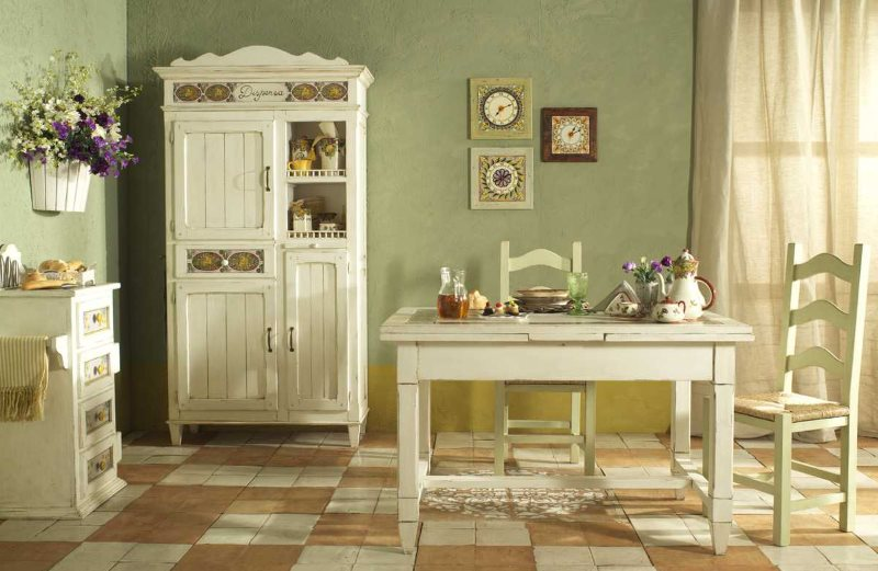 Светлая деревянная мебель в обеденной зоне кухни стиля кантри