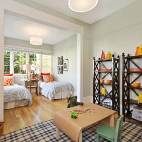 детская спальня с кроватью у окна фото