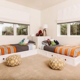 спальня с кроватями у окна