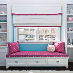 спальня девочки с кроватью у окна