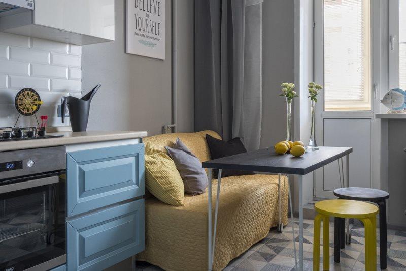 Чехол на диване в небольшой кухне-гостиной