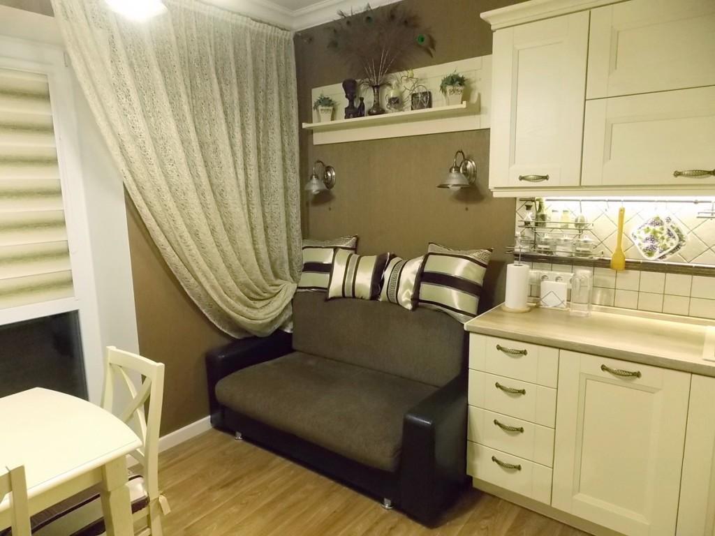 Прямой диванчик в компактной кухне