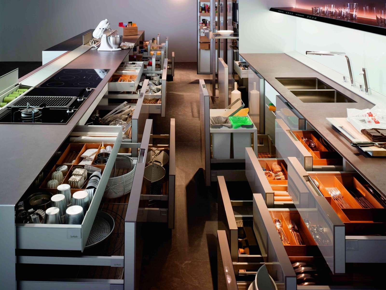 кухня без верхних шкафов с ящиками