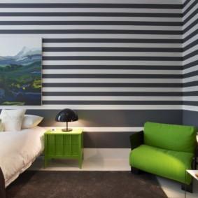 дизайн спальни 11 кв м обои в полоску