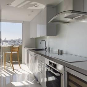 Узкая кухня с выходом на балкон